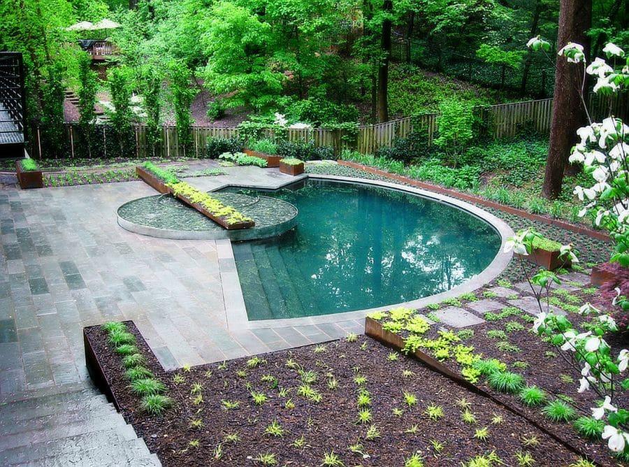Маленький бассейн в саду